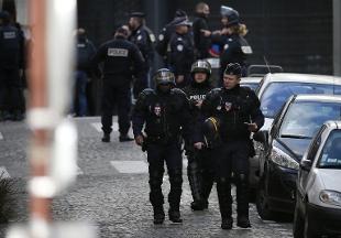 PARIGI – STAMANE BLITZ DELLE FORZE SPECIALI NELLA BANLIEUE DI GONESSE: ARRESTATO UN 35ENNE RADICALIZZATO CHE SI È CONSEGNATO SENZA OPPORRE RESISTENZA