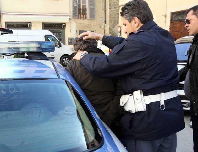 MAGREBINO PREGIUDICATO DA RECORD: RUBA UN'AUTO, PROVOCA UN INCIDENTE E RAPINA UNA DONNA: ARRESTATO