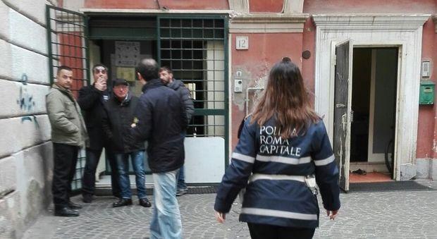 'NON POTETE BACIARVI DAVANTI ALLA MOSCHEA', UN MALESE AGGREDISCE A CALCI E PUGNI UNA GIOVANE COPPIA