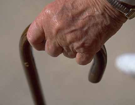 AL CULMINE DI UNA BANALE LITE, FOCOSO 83ENNE PRENDE A BASTONATE IL FIGLIO. DENUNCIATO PER LESIONI