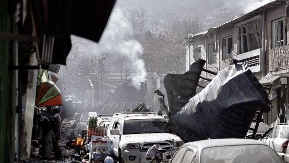 ANCORA SANGUE A KABUL: COMMANDO IS ATTACCA UNA BASE MILITARE, ALMENO 11 MORTI E 16 FERITI