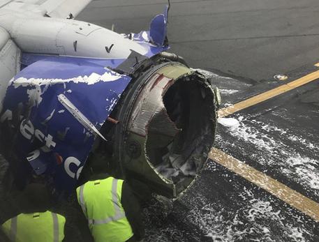 Usa: motore aereo esplode, donna quasi risucchiata da oblò