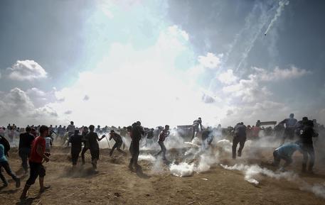 Gaza: muore un palestinese e 100 feriti