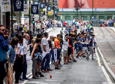 Indipendentisti baschi, via a catena umana