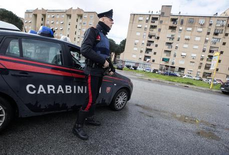 Roma, nascondevano la droga nel vano motore dell'auto: in manette due pusher