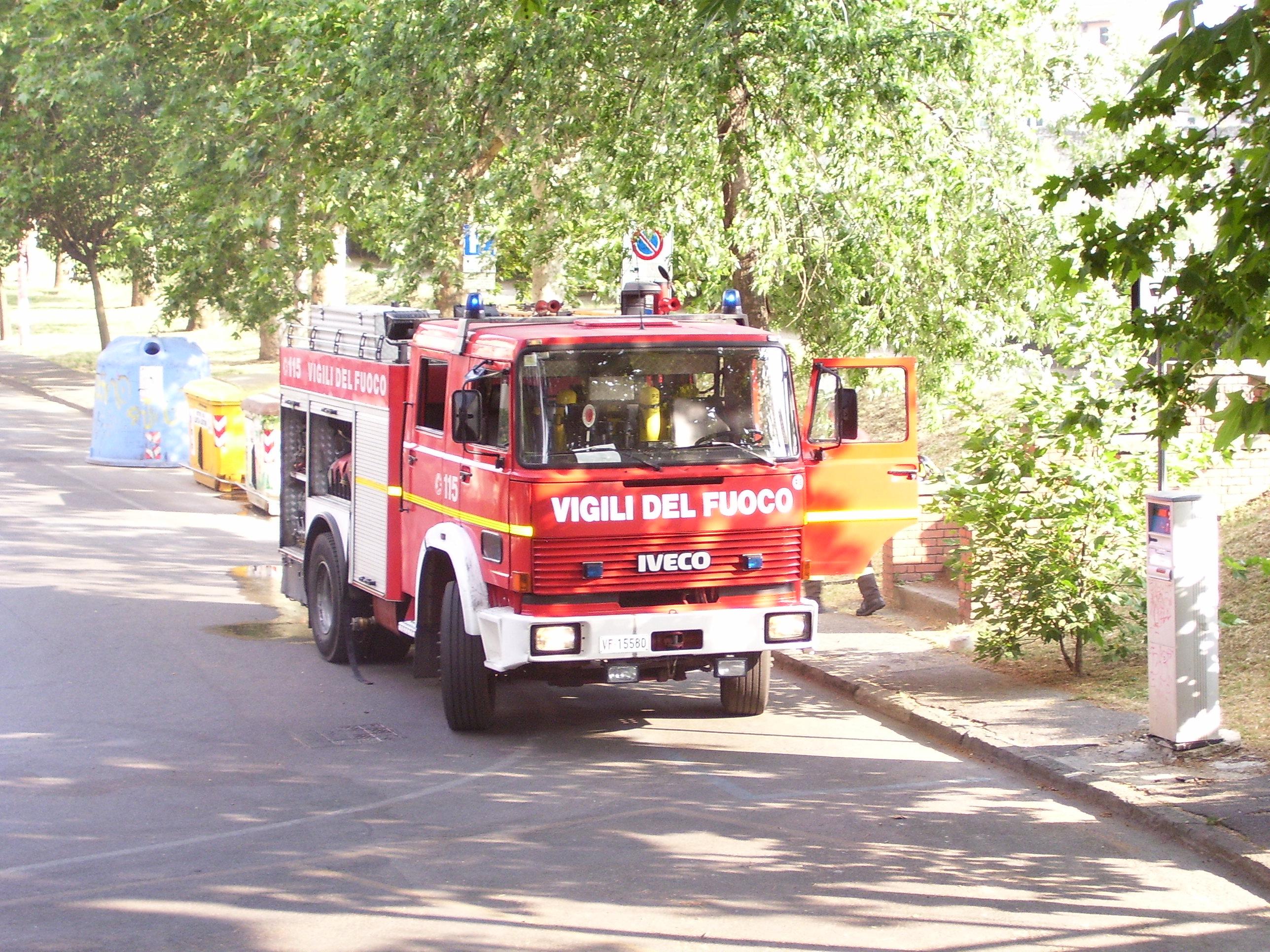 Esplode distributore, incendio in via Salaria: due vittime