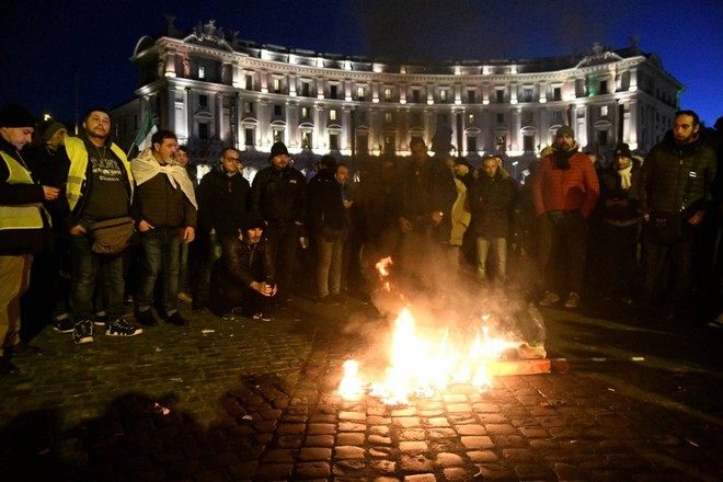 Protesta Ncc, bruciato manichino di Di Maio