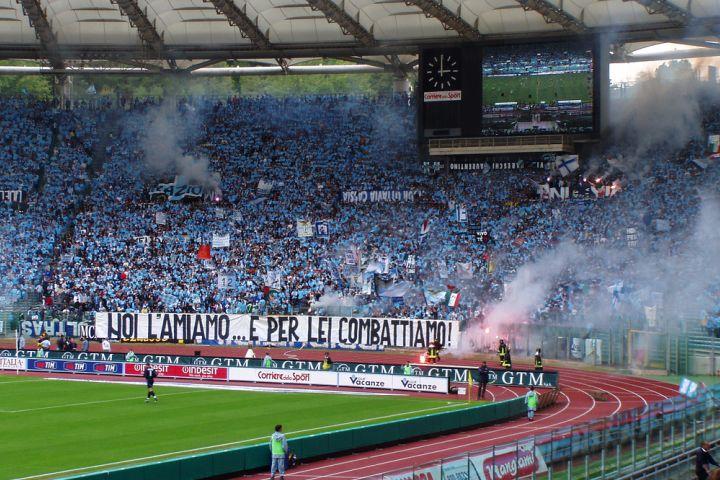 Festa della Lazio nel caos: guerriglia fra tifosi e polizia