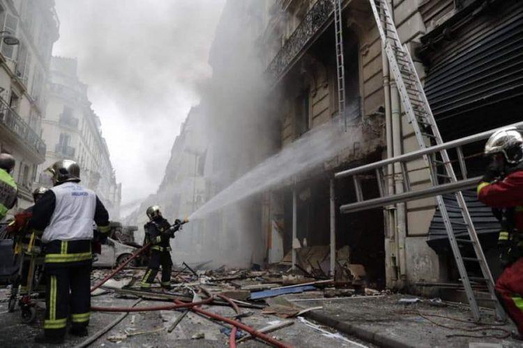 Palazzo in fiamme a Parigi: sale numero morti e feriti