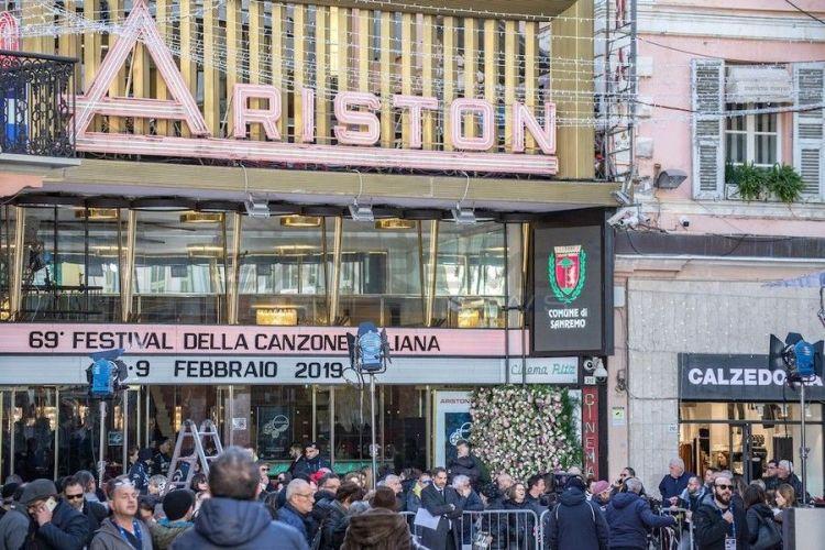 Standing, duetti e gag alla seconda di Sanremo