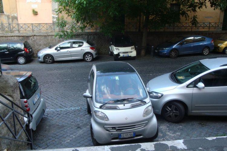 Roma, rivoluzione parcheggi: solo strisce blu