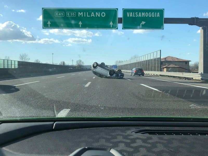 Incidente auto Valsamoggia, auto si ribalta