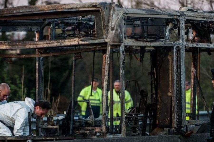 Bus studenti in fiamme, cosa c'è dietro?