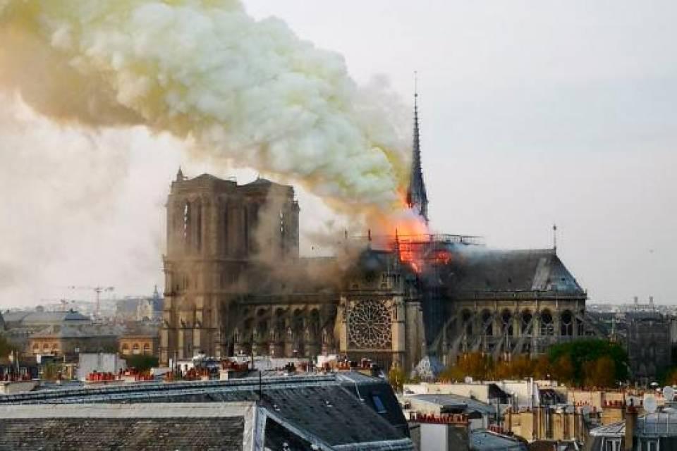 Panico a Parigi: Notre Dame in fiamme, ma non è terrorismo