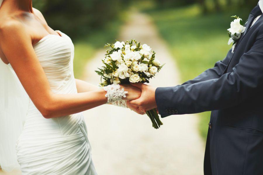 Festa di nozze, neo marito tradisce moglie con un... amico