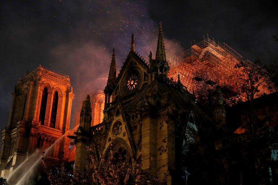 Notre Dame, la struttura è salva: l'annuncio di Macron