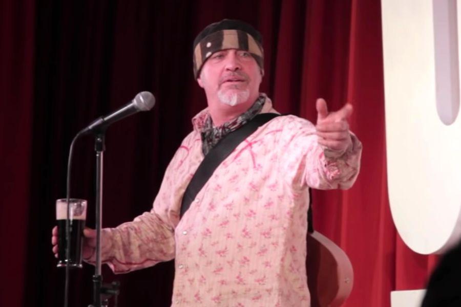 Comico muore sul palco, pubblico pensa ad una gag e ride