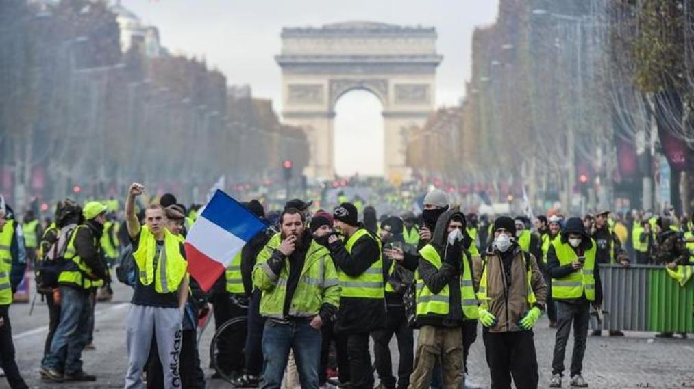 Dopo le fiamme di Notre Dame, oggi quelle dei Gilet Gialli