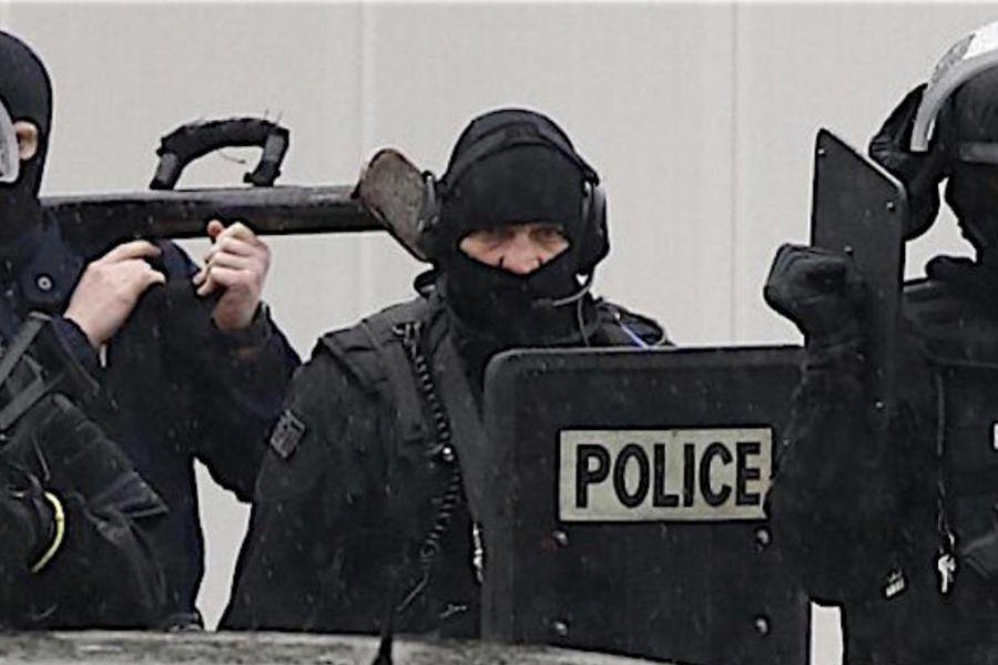Lourdes, ex militare si barrica in casa con ostaggi e spara