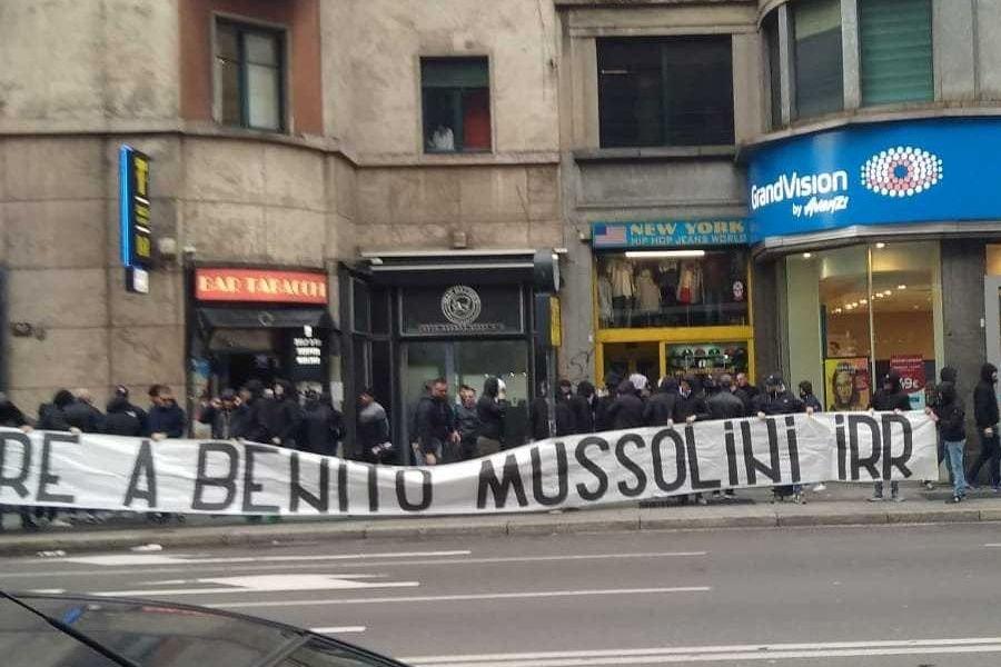 Lo striscione choc dei tifosi laziali: 'Onore a Mussolini'