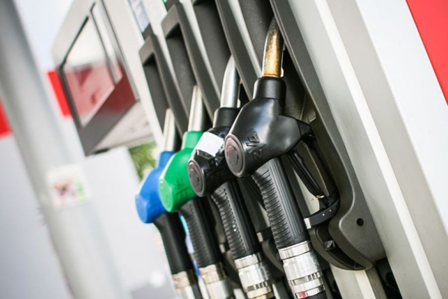 Sale il prezzo del carburante: in autostrada oltre 2 euro