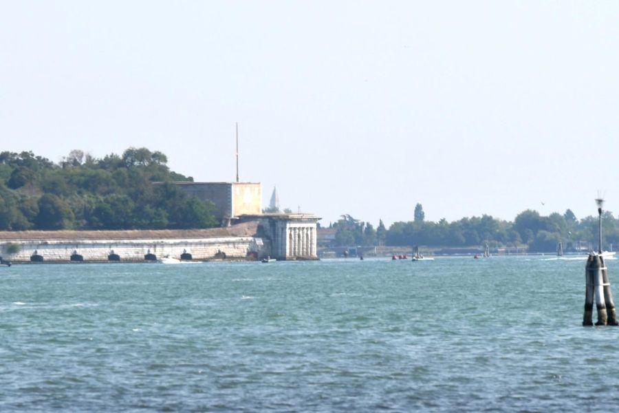 Jesolo, barca si schianta contro un ponte: morta una donna