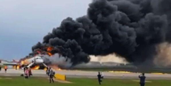 Mosca, aereo in fiamme: morti e caos
