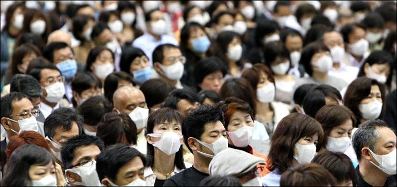 Risultato immagini per folla con mascherina