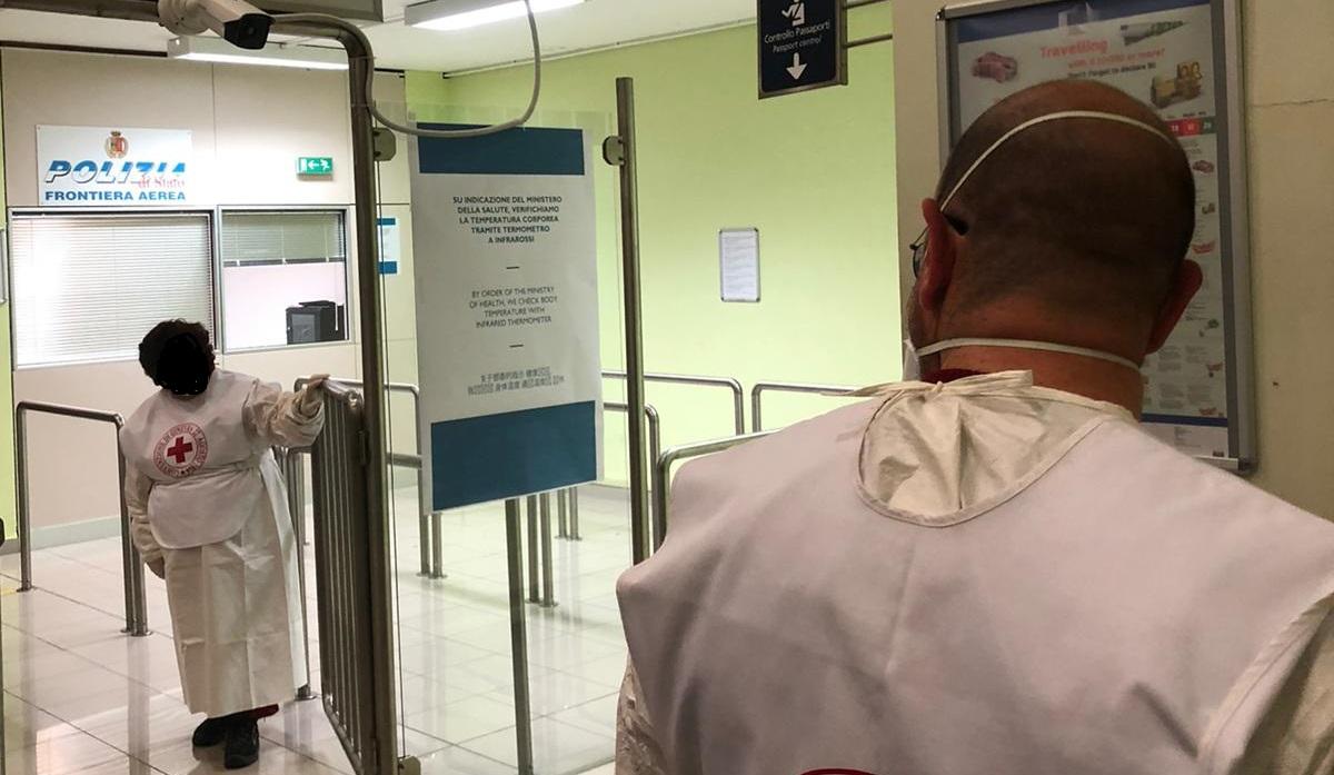 Coronavirus, mascherine e lunghe file: l'aeroporto di Lamezi