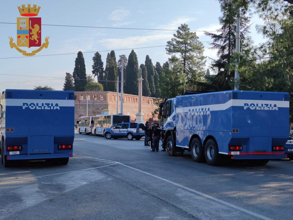 Coronavirus, a Roma gli idranti della Polizia in campo per l
